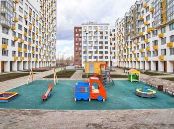 Детская площадка между 1 и 2 корпусами